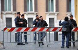 Überwachen Sie Stellung in der Front des Sitzes der italienischen Kammer polizeilich Lizenzfreie Stockbilder