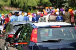 Überwachen Sie Streifenwagen mit Blinklichtern während des Ereignisses im c polizeilich Lizenzfreies Stockfoto