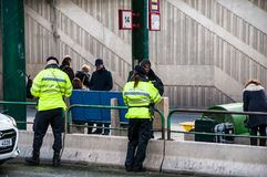 Überwachen Sie Uhrrauchverbot auf Bahnhof, Prag, Tschechische Republik, 24 polizeilich November 2017 Stockfoto