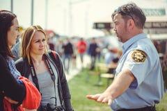 Überwachen Sie Zugleute zur Sicherheit und erste Hilfe im Rahmen des Sicherheitstages in Kiew polizeilich Lizenzfreie Stockfotos