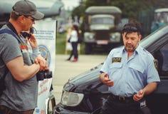 Überwachen Sie Zugleute zur Sicherheit und erste Hilfe im Rahmen des Sicherheitstages in Kiew polizeilich Lizenzfreies Stockbild