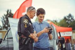 Überwachen Sie Zugleute zur Sicherheit und erste Hilfe im Rahmen des Sicherheitstages in Kiew polizeilich Stockfotografie
