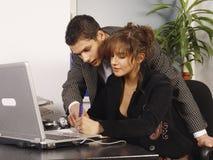 Überwachende neue junge Arbeitskraft lizenzfreie stockfotografie