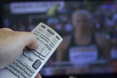 Überwachende Olympische Spiele auf Fernsehapparat Lizenzfreies Stockbild