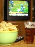 Überwachender Fußball auf Fernsehen Lizenzfreies Stockfoto