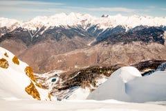 Überwachender Schnee der Frau deckte Berge ab Stockbild