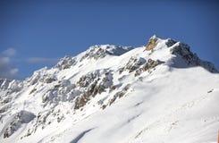 Überwachender Schnee der Frau deckte Berge ab Alpen, Winterlandschaft Makro des grünen Grases Bellamonte, Lusia, Valbona, Dolomit Lizenzfreie Stockbilder