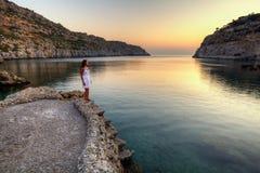 Überwachender Sonnenaufgang der jungen Frau Stockfoto