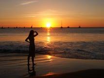 Überwachender Sonnenuntergang der jungen Frau stockfoto