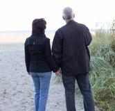 Überwachender Sonnenuntergang der Paare stockbild