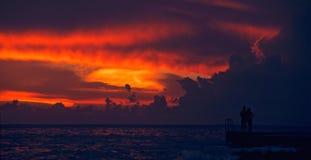 Überwachender Sonnenuntergang der Paare auf Ozean Lizenzfreie Stockfotografie