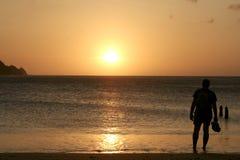 Überwachender Sonnenuntergang des Mannes Stockfoto
