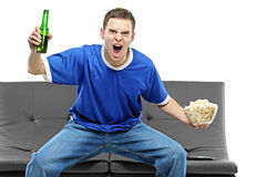 Überwachender Sport des aufgeregten Mannes Lizenzfreie Stockfotografie