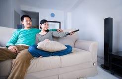 Überwachendes Fernsehen der Paare Lizenzfreies Stockfoto
