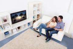Überwachendes Fernsehen der Paare Lizenzfreies Stockbild