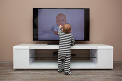 Überwachendes Fernsehen des Babys Lizenzfreie Stockbilder