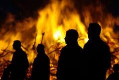 Überwachendes Feuer der Leute bei Ostern Stockfotografie