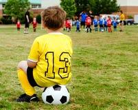Überwachendes Fußballspiel des Kindes lizenzfreies stockbild