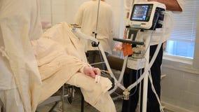 Überwachung Raumes des in Kraft mit Chirurgen stock footage