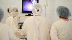 Überwachung Raumes des in Kraft mit Chirurgen stock video