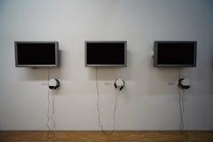 Überwachungsgeräte und Kopfhörer auf der Wand. stockbild