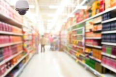 Überwachungskameraüberwachung auf der Zusammenfassung verwischte Foto des Speichers in Abteilung bokeh Hintergrund Lizenzfreies Stockfoto
