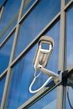 Überwachungskamera angebracht auf Gebäude stockbilder