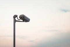 Überwachungskamera auf blauem Himmel Lizenzfreies Stockbild