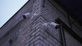 Überwachungskamera auf der Straße aufpassende Leute stock video
