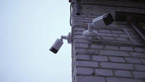 Überwachungskamera auf der Straße aufpassende Leute stock video footage