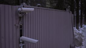 Überwachungskamera auf der Straße aufpassende Leute stock footage