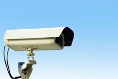 Überwachungskamera auf Hintergrund des blauen Himmels Stockbilder