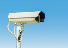 Überwachungskamera auf Hintergrund des blauen Himmels Lizenzfreie Stockfotos