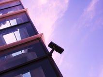 Überwachungskamera auf modernem Bürohaus stockfotografie