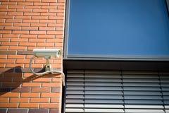 Überwachungskamera auf moderner Gebäudefassade Lizenzfreie Stockfotografie