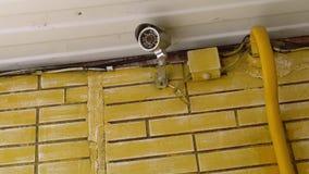 Überwachungskamera, die über dem Eingang eines Hauses hängt stock footage