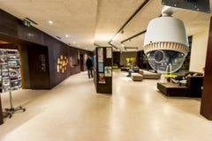 Überwachungskamera, die auf Wohnbereich oder Lobby funktioniert Stockbild