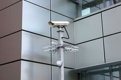 Überwachungskamera in Front Of Modern Building Stockfotos