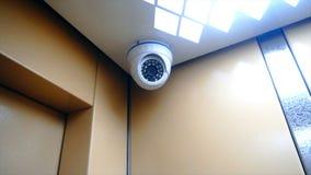 Überwachungskamera installiert in den Aufzug stock video