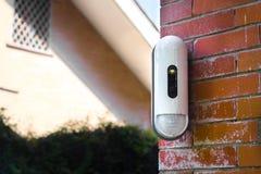 Überwachungskamera mit Bewegungs-Detektor auf Haus stockfotos