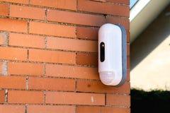 Überwachungskamera mit Bewegungs-Detektor auf Haus lizenzfreies stockfoto