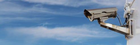 Überwachungskamera mit Panorama des blauen Himmels Lizenzfreie Stockfotografie