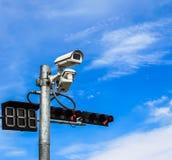 Überwachungskamera und Ampel lizenzfreies stockbild