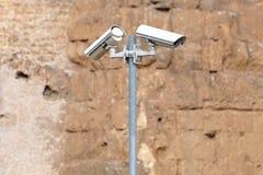 Überwachungskamera und städtisches Video am blauen Himmel des Pfostens Lizenzfreie Stockfotografie