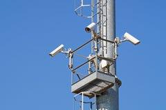 Überwachungskamera und städtisches Video am blauen Himmel des Pfostens Lizenzfreie Stockfotos