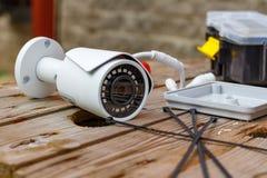Überwachungskamera und Verbrauchsmaterialien für die Befestigung an einer Holzoberfläche Lizenzfreies Stockfoto