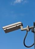 Überwachungskamera und weißer Himmel Lizenzfreie Stockbilder