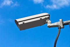 Überwachungskamera und weißer Himmel Lizenzfreies Stockfoto