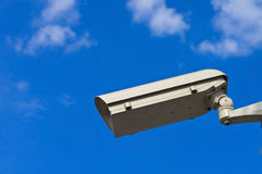 Überwachungskamera und weißer Himmel Stockfotos