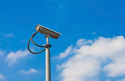Überwachungskamera und weißer Himmel Stockbilder